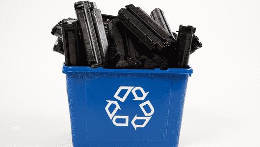 Scatola che contiene delle cartucce di toner esauste da riciclare